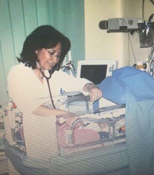 Carmen Herlinghaus untersucht ein frisch operiertes Baby im Sana Klinikum Lichtenberg in Berlin (Anfang 2000er Jahre)