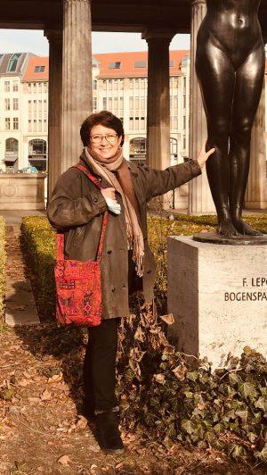 Carmen Herlinghaus im Ruhstand während eines Spaziergangs in der Corona-Pandemie am Alten Museum in Berlin (Januar 2021)