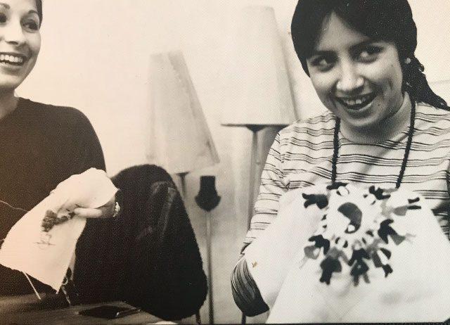 Carmen Herlinghaus während ihres Studiums in Rostock (damals DDR). Mit einer weiteren Exil-Chilenin fertig sie Handarbeiten um Geld in die Heimat zu schicken (1970er Jahre)